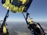 Żołnierze  Navy Seals lądują spadochronem na stadionie Neyland