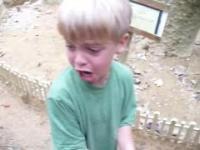 Chłopiec który bardzo boi sie ptaków