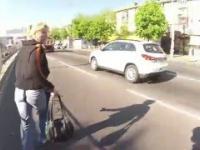 Motocyklista podejmuje interwencję i odzyskuje skradzioną torebkę