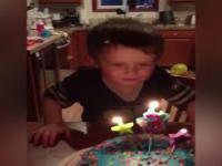 Dziecko próbuje zgasić świeczki