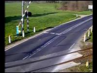 TIR staranował szlaban kolejowy kilka sekund przed przejazdem szynobusu