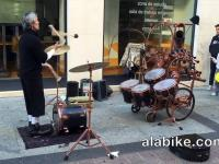 Krótki uliczny występ artysty Fuman Musicoloco