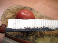 Sprawdzam ostrość jednego z moich nozy na pomidorze