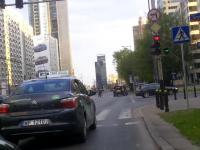 Agresywny kierowca atakuje rowerzystę