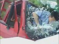 Kierowca trójkołowca nie wyrabia na zakręcie