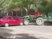 Kierowca ciągnika demoluje samochody
