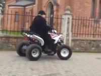 Babcia jedzie na quadzie do kościoła