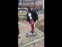 Biały hoverboard rasista