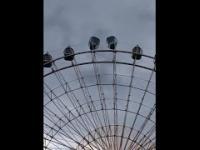 Potężny wiatr w parku rozrywki