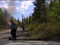 Uwięziony pod płonącym SUV-em
