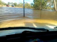 Przejazd samochodem Toyota Land Cruiser przez zalaną drogę