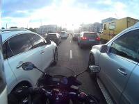 Omijasz sobie korek jadąc motocyklem, aż tu nagle...