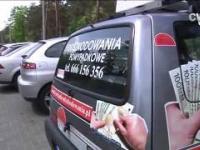 Auto oklejone reklamami blokuje miejsce parkingowe pod szpitalem