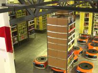Roboty do przenoszenia towaru w magazynie firmy Amazon