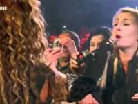 Fanka śpiewa na koncercie Beyonce