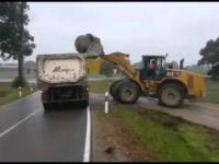 Załadunek kamienia na cieżarówkę