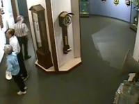 Mężczyzna odwiedzający muzeum ignoruje zakazy i dotyka zegara