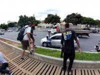 Grupa skejterów goni złodzieja który ukradł portfel