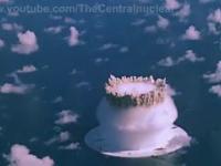 Wybuch bomby atomowej pod wodą, widziany z lotu ptaka.