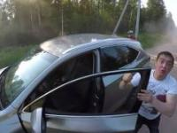 Pijany kierowca samochodu próbuje dać nauczkę motocykliście