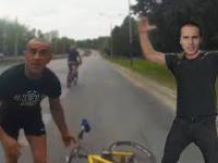 Rowerzysta na buspasie i karzeł na motocyklu