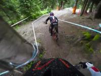 Ciekawy zjazd rowerem (downhill) z komentarzem. Obraz z kamery na kasku.