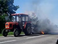 traktor z płonącą przyczepą