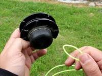 Wymiana żyłki w kosie spalinowej lub elektrycznej.