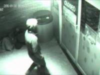 Człowiek teleportuje się przez zamknięte drzwi