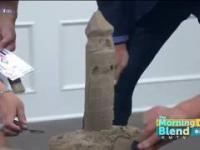 Prezenter śniadaniowej telewizji próbuje wykonać zamek z piasku