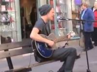 Młody uliczny grajek ze świetnym głosem