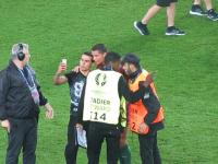 Fan robi sobie zdjęcie z Cristiano Ronaldo po meczu