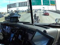 Kierowca pomaga motocykliście w zjechaniu na pobocze na bardzo ruchliwej drodze