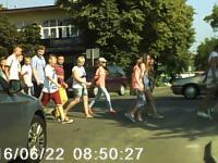 Próba wjazdu w grupę dzieci przechodzących przez przejście dla pieszych