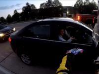 Motocyklista częstuje ciasteczkiem panią z samochodu