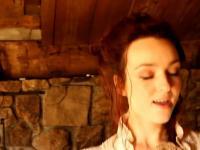 Ładna pani tańcząca taniec irlandzki do rapu
