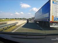Motocyklista altruistycznie uczy szeryfów przepisów ruchu drogowego