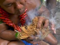 Kokosowy człowiek rozpala ogniska poprzez pocieranie patyków
