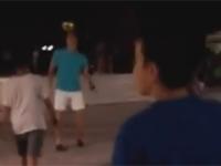 Robert Lewandowski kopie piłkę z miejscowymi dzieciakami w Grecji
