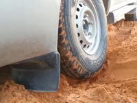 Jak wyciągnąć samochód zakopany w piasku