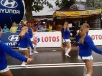 Gorące dziewczyny tańczą w deszczu na Tour de Pologne 2016