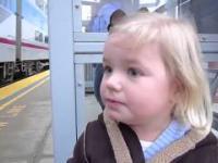 Ta dziewczynka pierwszy raz widzi pociąg.