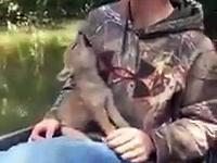 Człowiek znajduje osieroconego młodego kojota i zaczynają razem z nim wyć