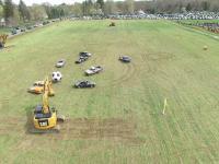 Mecz piłki nożnej rozgrywany samochodami i koparkami
