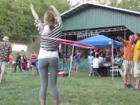Dziewczyna, leginsy i hula-hoop