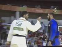 Egipski judoka odmawia podania ręki Izraelskiemu zawodnikowi