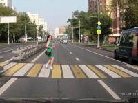 Kobieta prawie potrącona przez motor