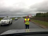 Wyluzowana kobieta tańczący na drodze do Tartu podczas kierowania ruchem