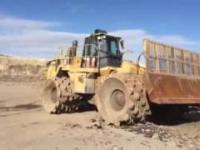 Maszyna Mega : Buldożer z kolcami dla zakopywania śmieci
