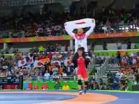 Japońska zapaśniczka celebruje zwycięstwo ze swoim trenerem